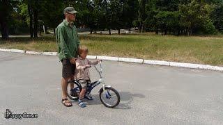 Смотреть онлайн Действенный способ научить ребенка ездить на велосипеде