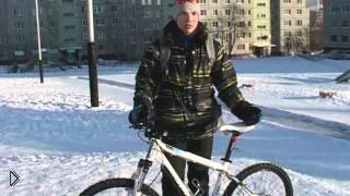 Смотреть онлайн Сюжет о передвижении на велосипеде зимой