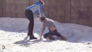 Смотреть онлайн Жесткая драка двух одноклассниц на улице
