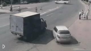 Смотреть онлайн Водитель Газельки психанул на пешеходном