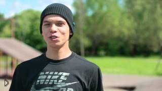 Смотреть онлайн Повороты тик-таком и спуск с бордюра на скейте