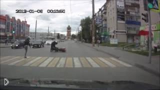 Смотреть онлайн Мотоциклист решил понтануться на светофоре