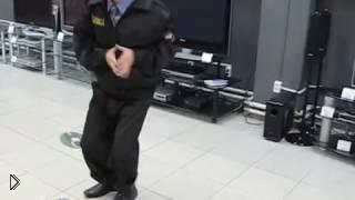 Смотреть онлайн Очень смешно танцует охранник в магазине