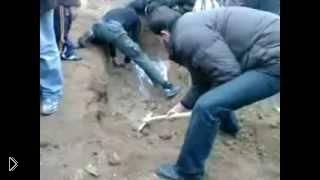 Смотреть онлайн Сирийцы откапывает тело своего сослуживца