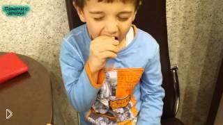 Смотреть онлайн Мама разыграла сына и дала ему вместо киндера обычное яйцо