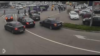 Смотреть онлайн Пассажирка выходила из авто и ее сбили
