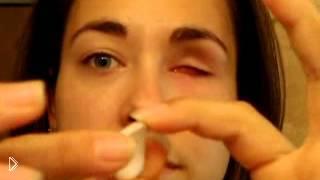 Смотреть онлайн Милая девушка вытаскивает глаз полностью