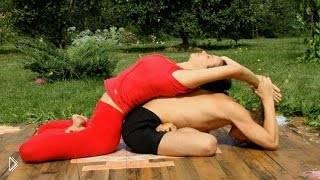 Смотреть онлайн Урок парной йоги для семейной пары