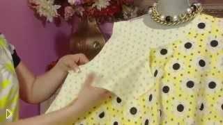 Смотреть онлайн Нарядное яркое платье для летнего вечера