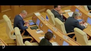 Смотреть онлайн Депутат во время собрания играет в стрелялку