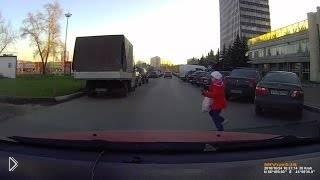 Смотреть онлайн Мужчина чуть не сбил девочку на машине