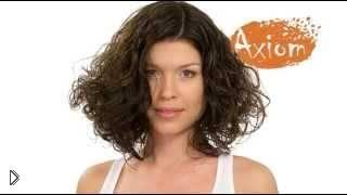 Смотреть онлайн Стильная стрижка на кудрявые волосы средней длины