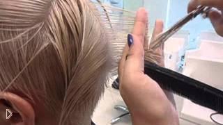 Смотреть онлайн Стильная стрижка для прямых коротких волос