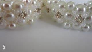 Смотреть онлайн Элегантный браслет из жемчужных бусин и бисера