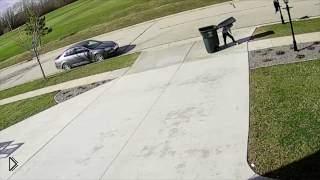 Смотреть онлайн Мальчик не может справиться с мусорным контейнером