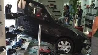 Смотреть онлайн Подборка: Люди на машинах врезаются в здания