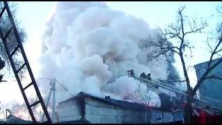 Смотреть онлайн Во время тушения взорвались петарды, пожарные в шоке