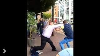 Смотреть онлайн Охранник ресторана дерется с двумя парнями