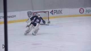 Смотреть онлайн Хоккейный вратарь от скуки на матче начал танцевать