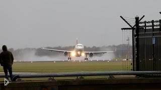 Смотреть онлайн Посадка самолета при сильном боковом ветре