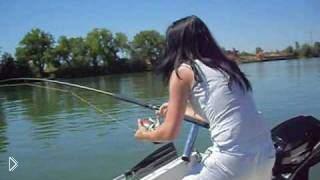 Смотреть онлайн Девушка поймала огромного 2-метрового сома