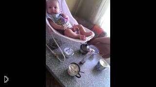 Смотреть онлайн Прикол: Малыш ссыт в кофе