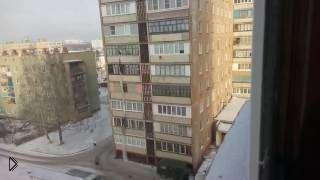 Смотреть онлайн Любовник сбегает с 7 этажа через балкон