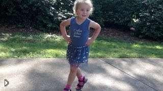 Смотреть онлайн Мама учит 3-х летнюю дочь танцу Ча-Ча-Ча