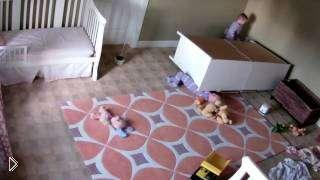 Смотреть онлайн Малыша придавило шкафом, его спас братишка