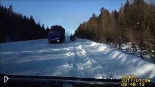 Смотреть онлайн Водитель кое-как не попал в аварию на трассе