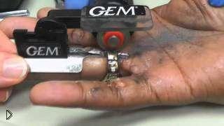 Смотреть онлайн Профессиональное снятие застрявшего кольца на пальце