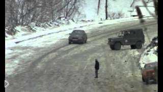 Смотреть онлайн Автомобили не могут забраться по льду