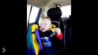 Смотреть онлайн Маленький мальчик поет песню в машине