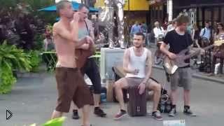 Смотреть онлайн Талантливая группа поет красиво на улице