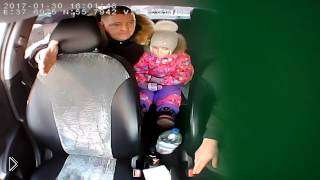 Смотреть онлайн Водитель такси отказался везти полицейского с ребенком