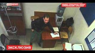 Смотреть онлайн Преступник украл телефон у полицейского в отделе полиции