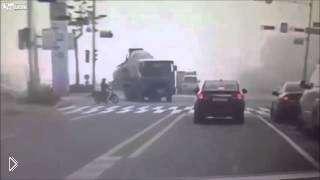 Смотреть онлайн Грузовик раздавил машину на перекрестке