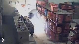 Смотреть онлайн Как начинается пожар в магазине фейерверков