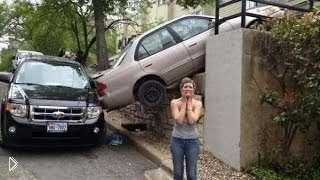 Смотреть онлайн Самые смешные парковки авто с женщинами за рулем