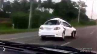 Смотреть онлайн Сильно мятые машины после ДТП едут по дороге