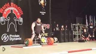 Смотреть онлайн Мужчина смог поднять штангу с весом в 500 кг