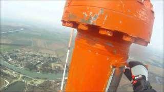 Смотреть онлайн Электрик поменял лампочку на высоте 500 м