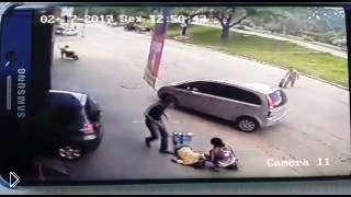 Смотреть онлайн Оторвавшееся колесо от авто попало в голову прохожему