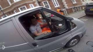 Смотреть онлайн Велосипедистка оторвала зеркало водителю грузовика