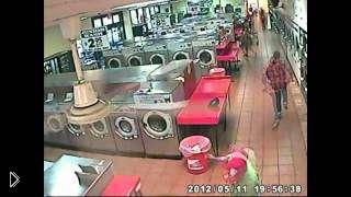 Смотреть онлайн Мужчина постирал мальчика в стиральной машине