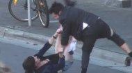 Смотреть онлайн Трансвестит избил клиента за то, что тот не оплатил