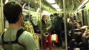 Смотреть онлайн Батл саксофонистов в метро Нью-Йорка
