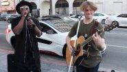 Смотреть онлайн will.i.am спел с уличным музыкантом