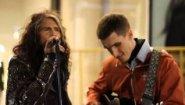 Смотреть онлайн Солист группы Aerosmith спел с уличным музыкантом
