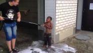 Смотреть онлайн Мальчик-цыганин пришел на автомойку чтобы помытья